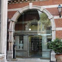 Entrance to the Henriette Raphael building